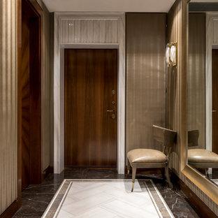 Свежая идея для дизайна: входная дверь в стиле современная классика с бежевыми стенами, мраморным полом, одностворчатой входной дверью, входной дверью из темного дерева и разноцветным полом - отличное фото интерьера