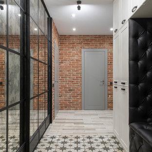 Ispirazione per un corridoio industriale di medie dimensioni con pareti arancioni, pavimento in gres porcellanato, una porta singola, una porta nera e pavimento bianco