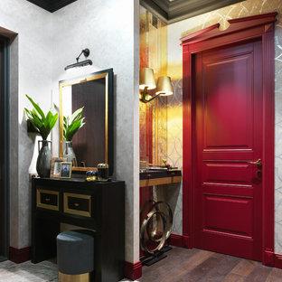 На фото: входная дверь в классическом стиле с серыми стенами, темным паркетным полом, одностворчатой входной дверью, красной входной дверью и коричневым полом с