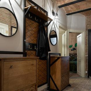 Diseño de hall urbano, de tamaño medio, con paredes blancas, suelo de baldosas de cerámica y suelo marrón