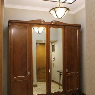 Diseño de vestíbulo posterior papel pintado, retro, grande, papel pintado, con paredes beige, suelo de travertino, suelo beige y papel pintado