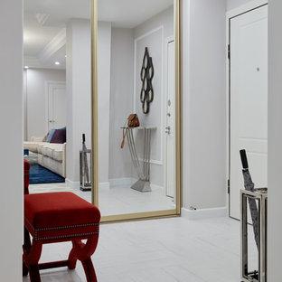 Неиссякаемый источник вдохновения для домашнего уюта: входная дверь в стиле современная классика с белыми стенами, одностворчатой входной дверью, белой входной дверью и белым полом