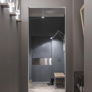 Новый формат декора квартиры: большая входная дверь в современном стиле с серыми стенами, полом из керамогранита, одностворчатой входной дверью, металлической входной дверью и бежевым полом