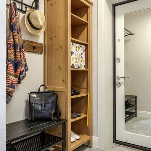 Modelo de puerta principal nórdica con paredes blancas, puerta simple, puerta blanca y suelo gris