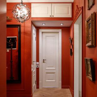 Immagine di un ingresso o corridoio chic con pareti arancioni e pavimento beige