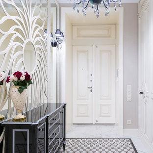 Новые идеи обустройства дома: входная дверь в классическом стиле с серыми стенами, двустворчатой входной дверью, белой входной дверью и белым полом