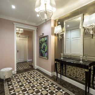 モスクワの大きい片開きドアエクレクティックスタイルのおしゃれな玄関ホール (ピンクの壁、大理石の床、白いドア) の写真