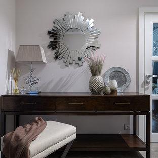 Réalisation d'une entrée tradition de taille moyenne avec un couloir, un mur beige, un sol en carrelage de porcelaine, une porte simple, une porte blanche et un sol beige.