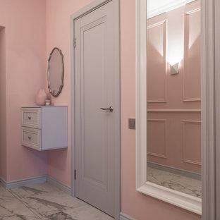 モスクワの小さい片開きドアコンテンポラリースタイルのおしゃれな玄関ホール (ピンクの壁、磁器タイルの床、グレーのドア、白い床) の写真