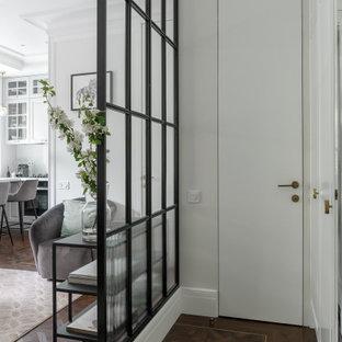 Diseño de hall escandinavo, de tamaño medio, con paredes blancas, suelo vinílico, puerta simple, puerta blanca y suelo marrón