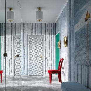 Новые идеи обустройства дома: узкая прихожая в стиле фьюжн с разноцветными стенами, одностворчатой входной дверью и разноцветным полом