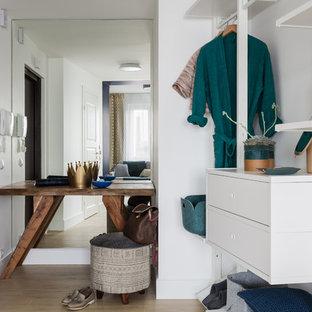 На фото: входная дверь в современном стиле с белыми стенами, одностворчатой входной дверью, коричневой входной дверью, бежевым полом и правильным освещением