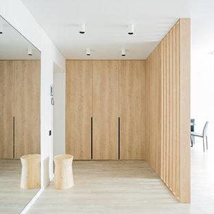 На фото: фойе в современном стиле с белыми стенами и бежевым полом