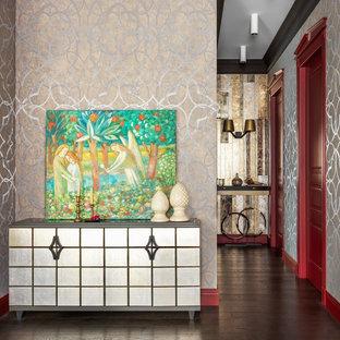 Выдающиеся фото от архитекторов и дизайнеров интерьера: прихожая в стиле фьюжн с бежевыми стенами, темным паркетным полом и коричневым полом