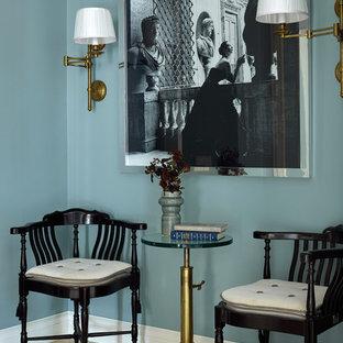 Стильный дизайн: прихожая в стиле неоклассика (современная классика) с синими стенами, полом из травертина, бежевым полом и правильным освещением - последний тренд