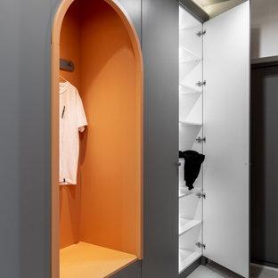 Idéer för stora funkis hallar, med orange väggar, terrazzogolv och vitt golv