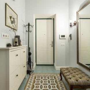 Создайте стильный интерьер: маленькая входная дверь в классическом стиле с синими стенами, одностворчатой входной дверью, белой входной дверью и разноцветным полом - последний тренд