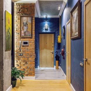 Imagen de puerta principal urbana con paredes azules, puerta simple y puerta de madera en tonos medios