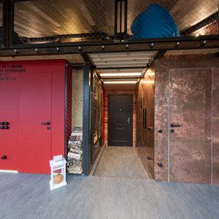 Стильный дизайн: большой тамбур в стиле лофт с полом из линолеума, одностворчатой входной дверью и коричневой входной дверью - последний тренд
