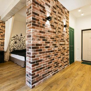 Diseño de hall industrial, pequeño, con paredes blancas, suelo laminado, puerta simple, puerta blanca y suelo beige
