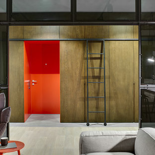 На фото: входная дверь в стиле лофт с одностворчатой входной дверью, оранжевой входной дверью и серым полом
