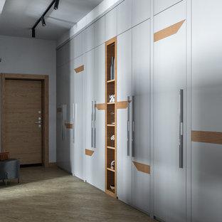Inspiration för en mellanstor funkis hall, med grå väggar, vinylgolv, en enkeldörr, mellanmörk trädörr och gult golv