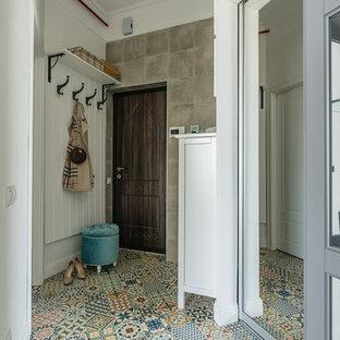 モスクワの小さい片開きドアエクレクティックスタイルのおしゃれな玄関ドア (白い壁、セラミックタイルの床、茶色いドア、マルチカラーの床) の写真