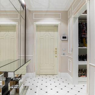 Новые идеи обустройства дома: входная дверь среднего размера в стиле современная классика с бежевыми стенами, полом из керамогранита, одностворчатой входной дверью, белой входной дверью и белым полом