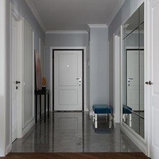 На фото: входные двери в стиле современная классика с одностворчатой входной дверью и белой входной дверью