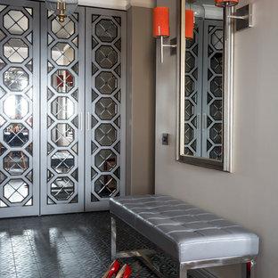 Exemple d'une entrée tendance de taille moyenne avec un mur gris et un sol en carrelage de céramique.