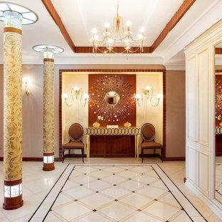 Свежая идея для дизайна: большой вестибюль в стиле фьюжн с разноцветными стенами, полом из керамогранита и белым полом - отличное фото интерьера