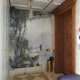 Удачное сочетание для дизайна помещения: фойе в классическом стиле с разноцветными стенами, одностворчатой входной дверью и входной дверью из дерева среднего тона - самое интересное для вас