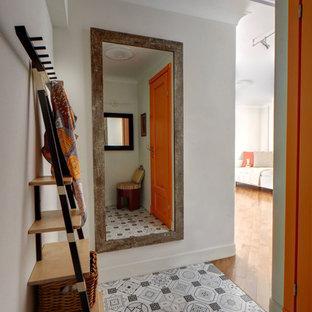 Создайте стильный интерьер: маленькая узкая прихожая в современном стиле с белыми стенами и полом из керамической плитки - последний тренд