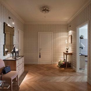 Новые идеи обустройства дома: фойе в классическом стиле с белыми стенами и светлым паркетным полом