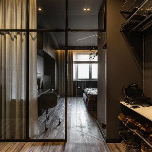 На фото: прихожая в современном стиле с красными стенами, паркетным полом среднего тона и коричневым полом с