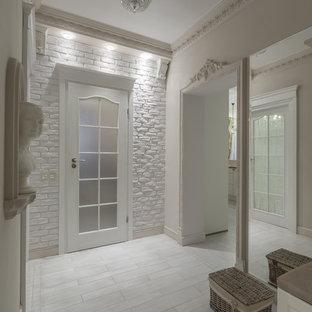 Неиссякаемый источник вдохновения для домашнего уюта: прихожая в стиле современная классика с белыми стенами и белым полом