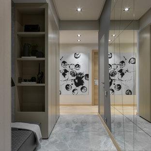 Свежая идея для дизайна: большая узкая прихожая в скандинавском стиле с серыми стенами и серым полом - отличное фото интерьера