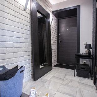 Идея дизайна: входная дверь в современном стиле с белыми стенами, одностворчатой входной дверью, черной входной дверью и серым полом