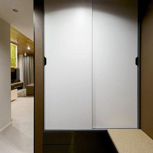 На фото: прихожая в современном стиле с коричневыми стенами с
