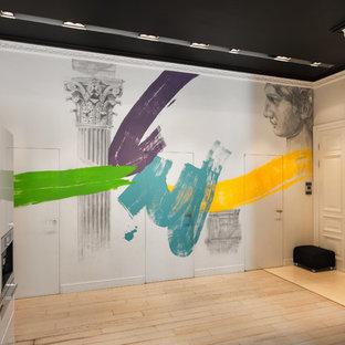 На фото: прихожая в современном стиле с белыми стенами, светлым паркетным полом, двустворчатой входной дверью, белой входной дверью и бежевым полом
