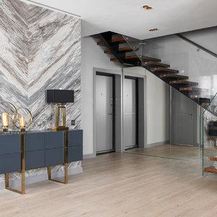 Выдающиеся фото от архитекторов и дизайнеров интерьера: фойе в современном стиле с серыми стенами, светлым паркетным полом, одностворчатой входной дверью, серой входной дверью и бежевым полом