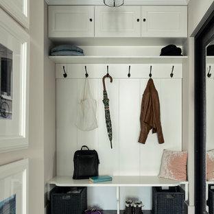 Неиссякаемый источник вдохновения для домашнего уюта: прихожая в классическом стиле с белыми стенами и серым полом