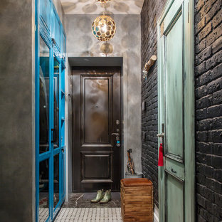 Новые идеи обустройства дома: входная дверь в стиле лофт с серыми стенами, одностворчатой входной дверью и черной входной дверью