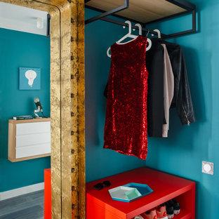 Immagine di un piccolo ingresso o corridoio minimal con pareti blu