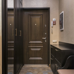 Свежая идея для дизайна: входная дверь в стиле современная классика с бежевыми стенами, одностворчатой входной дверью, входной дверью из темного дерева и коричневым полом - отличное фото интерьера