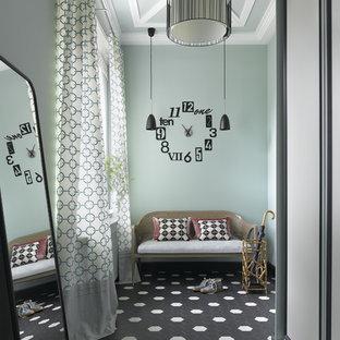 Неиссякаемый источник вдохновения для домашнего уюта: прихожая в стиле современная классика с зелеными стенами и полом из керамогранита