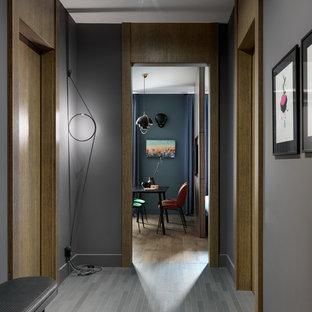 Bild på en mellanstor funkis hall, med lila väggar, klinkergolv i keramik och grått golv