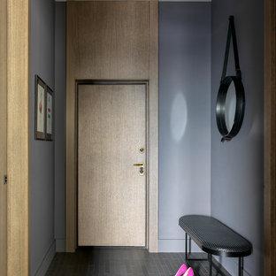 Ejemplo de puerta principal actual, de tamaño medio, con paredes púrpuras, suelo de baldosas de cerámica, suelo gris, puerta simple y puerta de madera clara