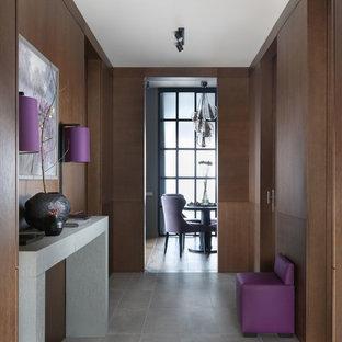 Выдающиеся фото от архитекторов и дизайнеров интерьера: прихожая среднего размера в современном стиле с коричневыми стенами, серым полом и полом из керамической плитки