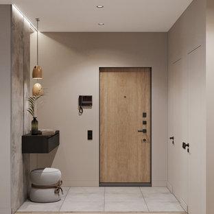 Esempio di una porta d'ingresso nordica di medie dimensioni con pareti beige, pavimento in gres porcellanato, una porta singola, una porta in legno bruno e pavimento grigio